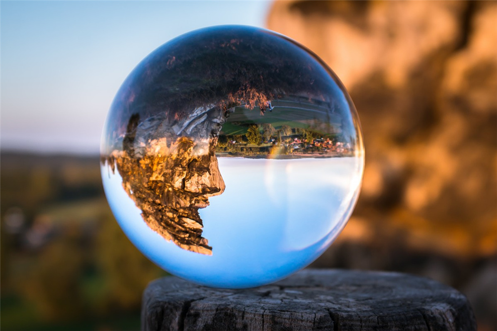 glass_ball_devil's_wall_face_rock_face_resin_globe_image_rock_hike-787681