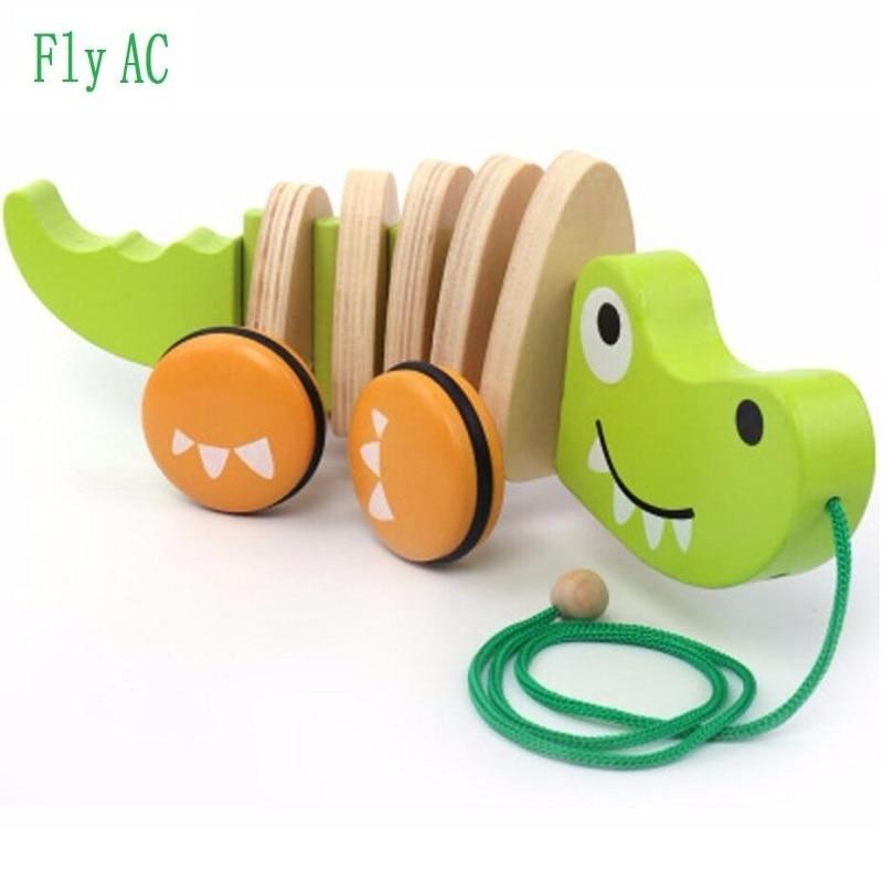 Carino in legno coccodrillo tirare giocattoli e cucciolo tirare giocattoli auto giocattolo all'aperto