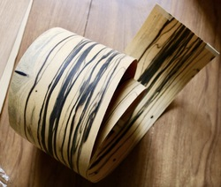 L: 1,5 метров ширина: 180 мм Толщина: 0,52 мм Редкие натуральные черно-белые сандаловые деревянные шпоны Автомобильные украшения интерьера