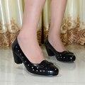 Zapatos de mujer, cuero genuino punta redonda tacones med mujeres bombas, zapatos de vestir para oficina mujer, zapatos grandes del tamaño 6022-1