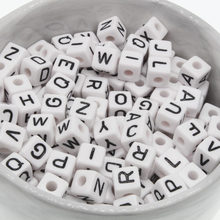 100Pcs 10mm Brief Perlen Zufall Mixed Cubic Acryl Perlen Weiß Alphabet Perlen 10mm faceted perlen Für DIY halskette