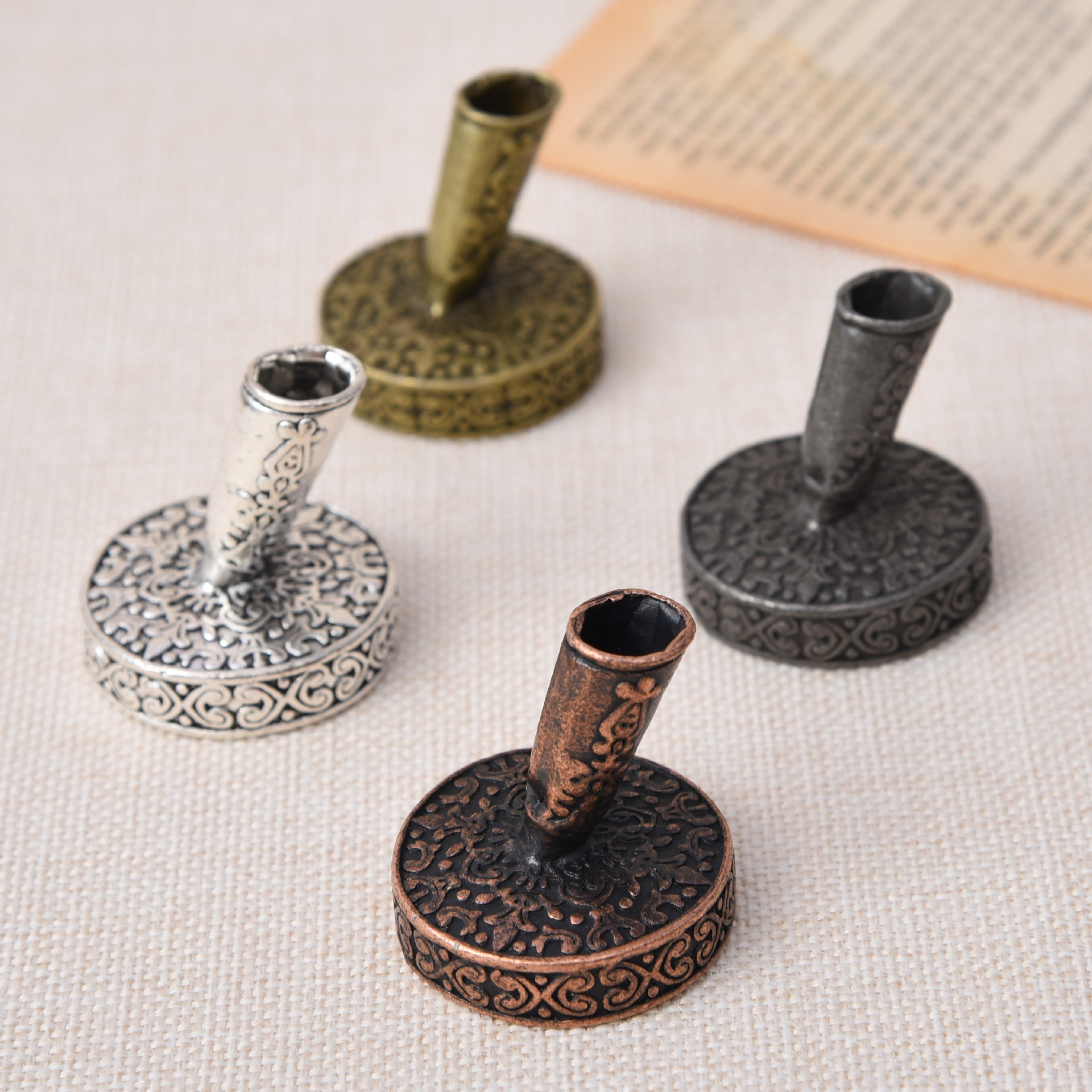 1Pcs Vintage European Feather Pen Stand Antique Metal Round Pen Holder Office School Pen Accessories Stationery Gift
