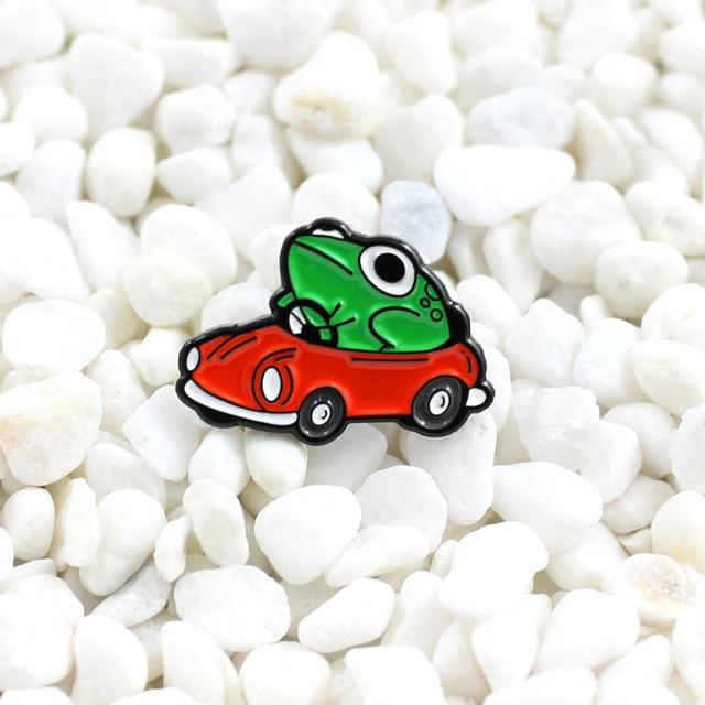 Rana di guida rosso auto a gas Smalto spilla Cartone Animato animale carino distintivo t-shirt Denim zaino personalità pin Mandare i bambini i regali