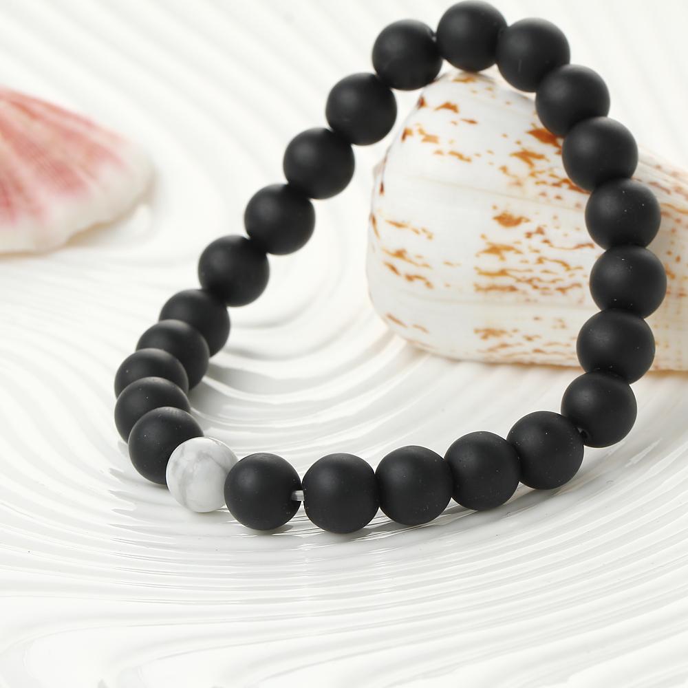 Bracelet de perles noir et blanc en onyx et howlite blanche, gros plan