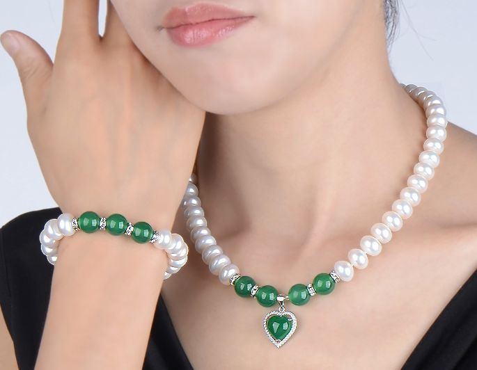 a set of natural green stone south seas white pearl necklace 18inch bracelt