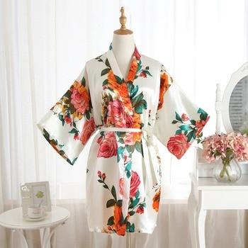 4928a2782 Mulheres brancas de Cetim Curto Camisola Kimono Robe Novo Roupão Pijama  Florais Vestido de Noiva Do Casamento Da Dama de honra Sexy Vestido Um  Tamanho