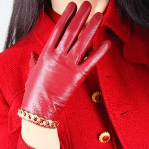 Image 2 - Schapenvacht Handschoenen vrouwen Leer Rood Mid lengte Dunne Fluwelen Voering Warm Handschoenen Gouden Ketting TB61