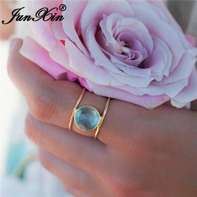 JUNXIN Boho Azul Do Aqua Cristal Anéis Para As Mulheres Homens Yellow Gold Filled Rodada Zircon Pedra Anel de Casamento Do Sexo Feminino Empilhável Midi anel
