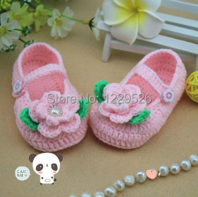 Pink Crochet Baby Booties babyschoenen lovely baby girl booties Haak bloemen en groen blad