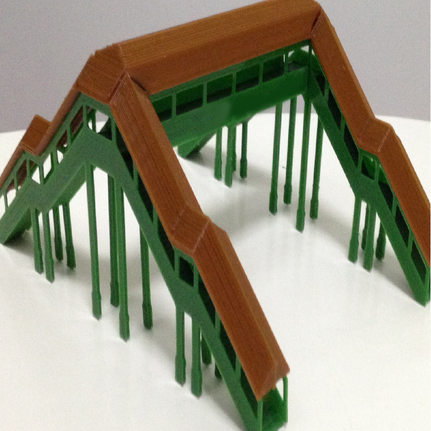 1:160 Scale pedestrian bridge model with cover at the top for railway model train layout