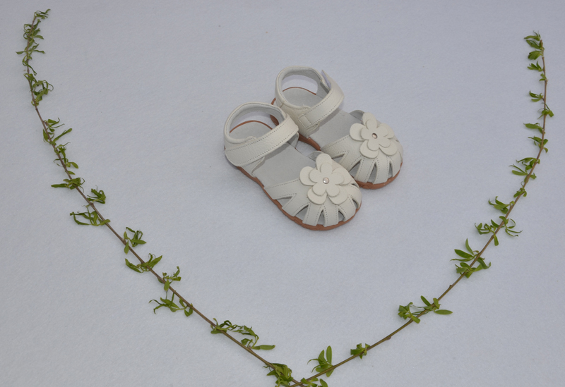 Новые сандалии из натуральной кожи для девочек, летние ходунки, обувь с цветами, противоскользящая подошва, сандалии для малышей, 12,3-18,3