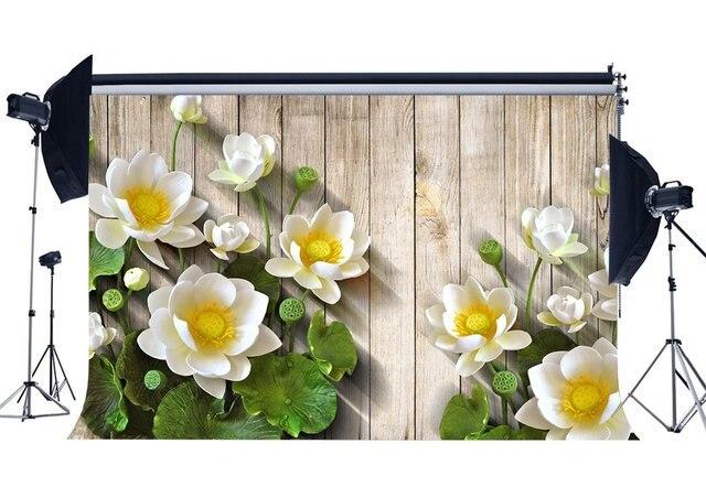 Fondo de fotografía con flores de loto blanco fresco hojas verdes fondos de verano rayas desgastadas suelo de madera