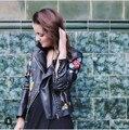 2017 Новый Раскол Кожа Моды отложным Воротником Молния Fly Цветочные Вышитые с длинным рукавом Кожаные Куртки Пальто D8191