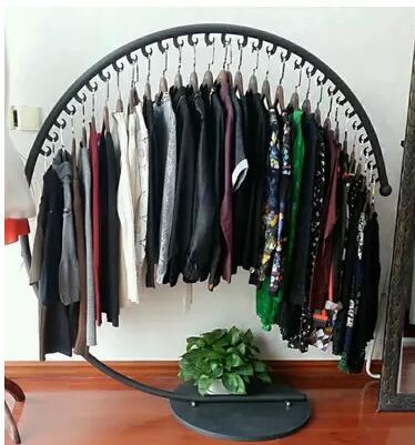 Iron yi zhongdao clothing rack. Semi - circular garment hangers. Clothing store shelves. Large c floor display rack. iron clothing display floor clothing rack clothing store shelf floor display rack shelf for men and women