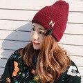 Осенне-зимней моды теплая шерсть шляпа кисточкой вязаная шапка капот письмо N вязание cap повседневная ухо шапки