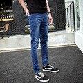 A nova primavera e verão 2016 da marca de jeans dos homens. MAGRO RETA calças de brim elásticas masculinos pés