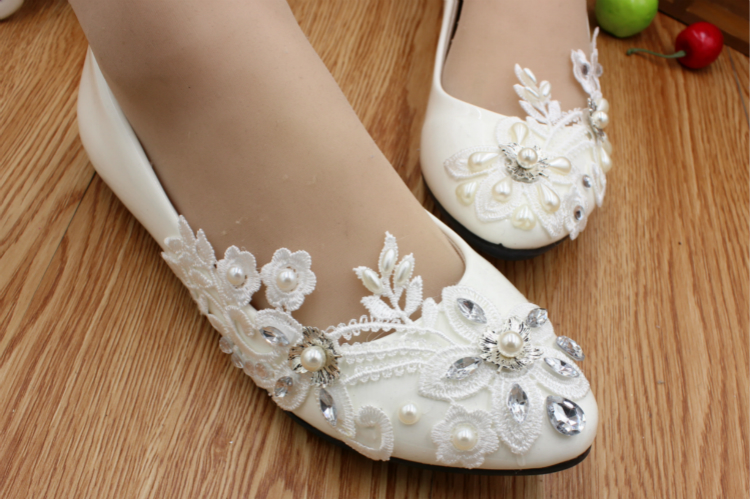 Flat heel wedding shoes woman ivory lace flower pearls brides shoes HS020 flat heel Unsymmetrical marriage wedding shoes low heel 3cm heel ivory lace wedding shoes woman sweet pearls handmade pearls brides small heel wedding shoes lady party pumps