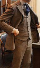 2018 Latest Pant Brasão Designs Homens Terno de Tweed Marrom Slim Fit magro 3 Peça Smoking Do Noivo Personalizado Prom Estilo Blazer Ternos Masculino