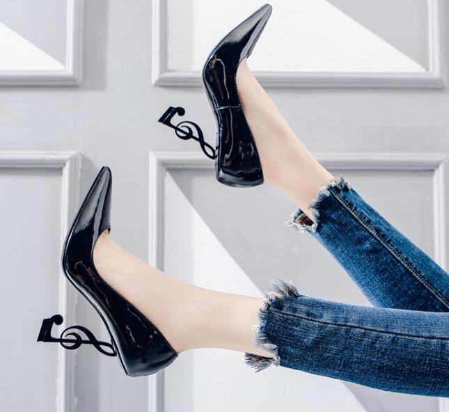 Vente chaude Notation musicale conception talons femme chaussure en cuir verni noir bout pointu chaussure à talons hauts 2019 pompes à talons étranges