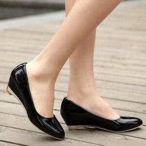 Image 4 - カジュアル女性のためのファッションは、低かかと赤白クラシックパンプスパーティー結婚式オフィス靴女性大サイズ45 48