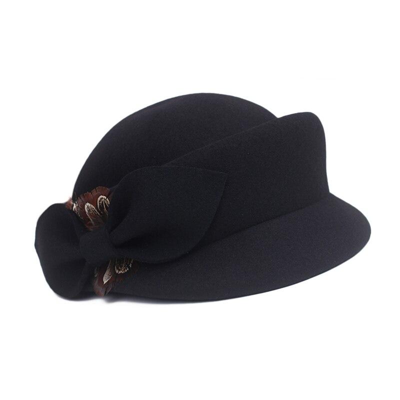 De las mujeres de ala ancha de fieltro Bowler Hat Fedora Floppy Sun Bowknot  Cloche Cap. Invierno cálido pluma lana Vintage boda sombrero ... 827df146e03f