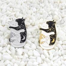 Bonito dia e noite abraçando gato esmalte pino preto branco yin yang gato pino galáxia gato animal crachá casal presente