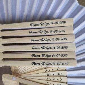 Image 2 - 100 шт., Шелковый веер [Auviderin], свадебный подарок, веер, персонализированное имя и дата в подарочной коробке, Ручной Веер с принтом в подарочной сумке из органзы