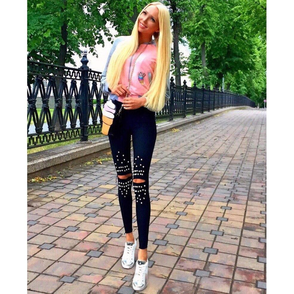 Сексуальные длинные женские ножки в обтягивающих штанах фото 203-939