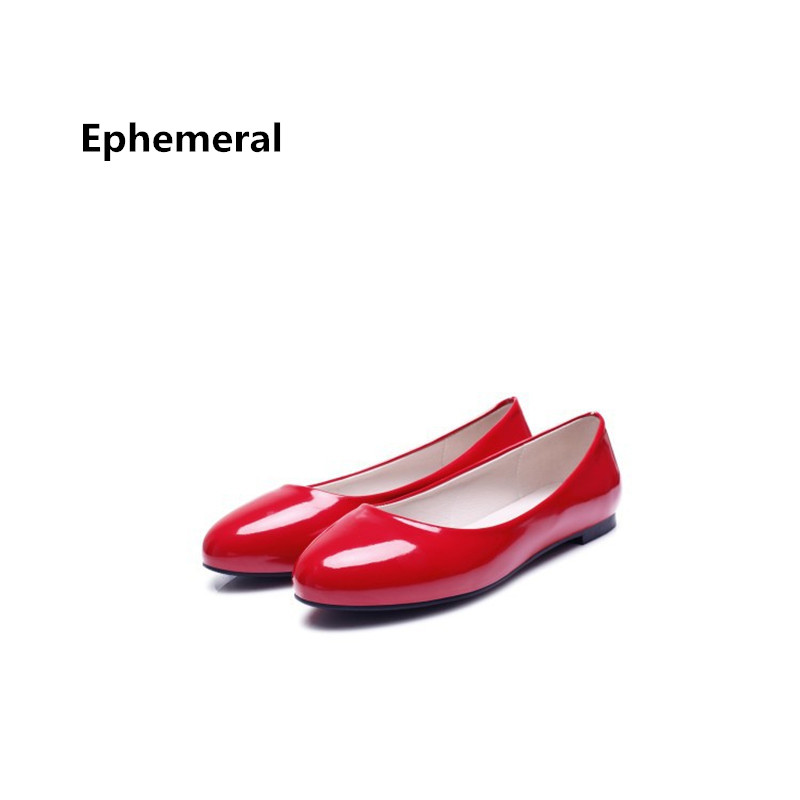 Damas nuevas y sólidas nuevas llegan en rojo y blanco Piso con zapatos individuales Punta Redonda Mujeres que manejan Slip-On tamaño grande 34-47 flattie simple