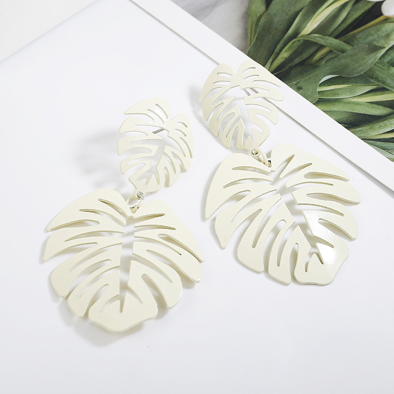 QTWINDY Hollow Alloy Leaf Dangle Earrings For Women Fashion Vintage Geometric Pendant Long Metal Round Dangle Earring 2019 in Drop Earrings from Jewelry Accessories