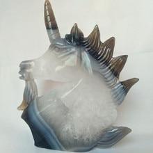 حجر عقيق طبيعي منحوت على شكل جمجمة كريستالية وحيد القرن عنقود جيودي عنقود نحت إبداعي ديكور منزلي نبيل ونقي