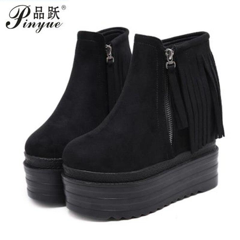 Замшевые туфли на танкетке и платформе; женские ботильоны; Модные осенние ботинки с бахромой черного цвета; женская обувь из флока на высоко