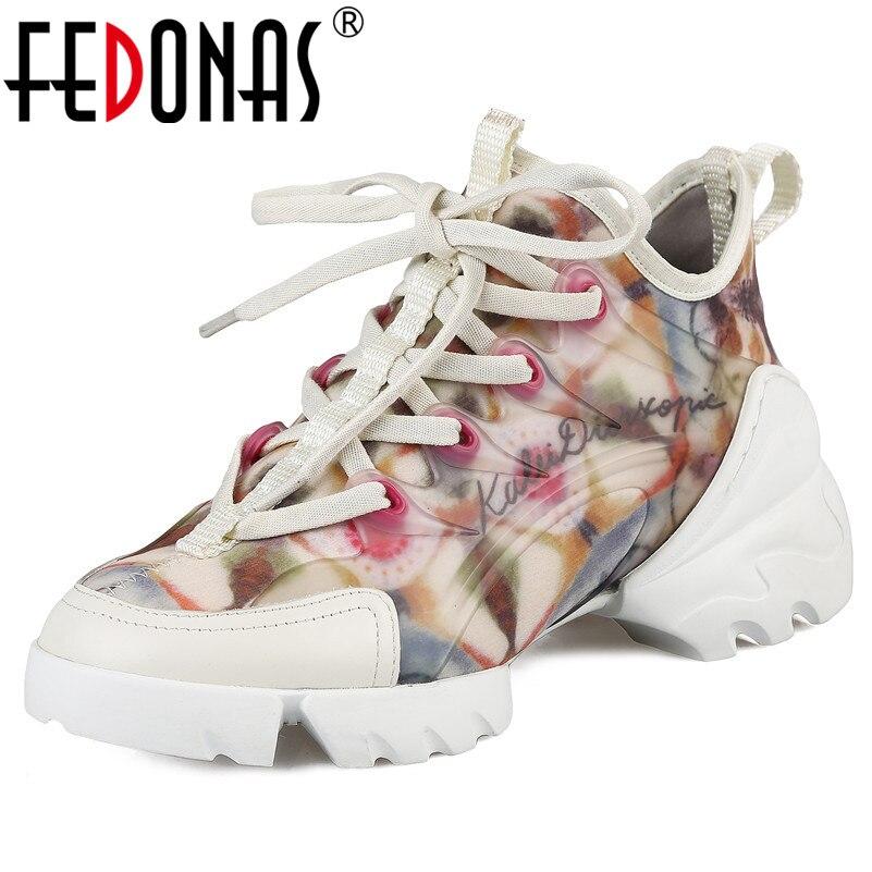 Ayakk.'ten Kadın Topuksuz Ayakkabı'de FEDONAS Moda Marka 2019 Ilkbahar Yaz Yeni Yuvarlak Ayak Dantel Kadar Kadın Flats Hakiki Deri Streç Kumaş Temel Kadın Sneakers'da  Grup 1
