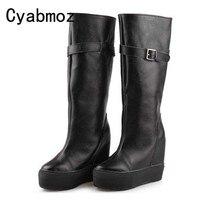 Женские сапоги из натуральной кожи на танкетке; цвет черный, белый; осенне зимняя обувь до колена на высокой платформе; обувь с пряжкой, увел