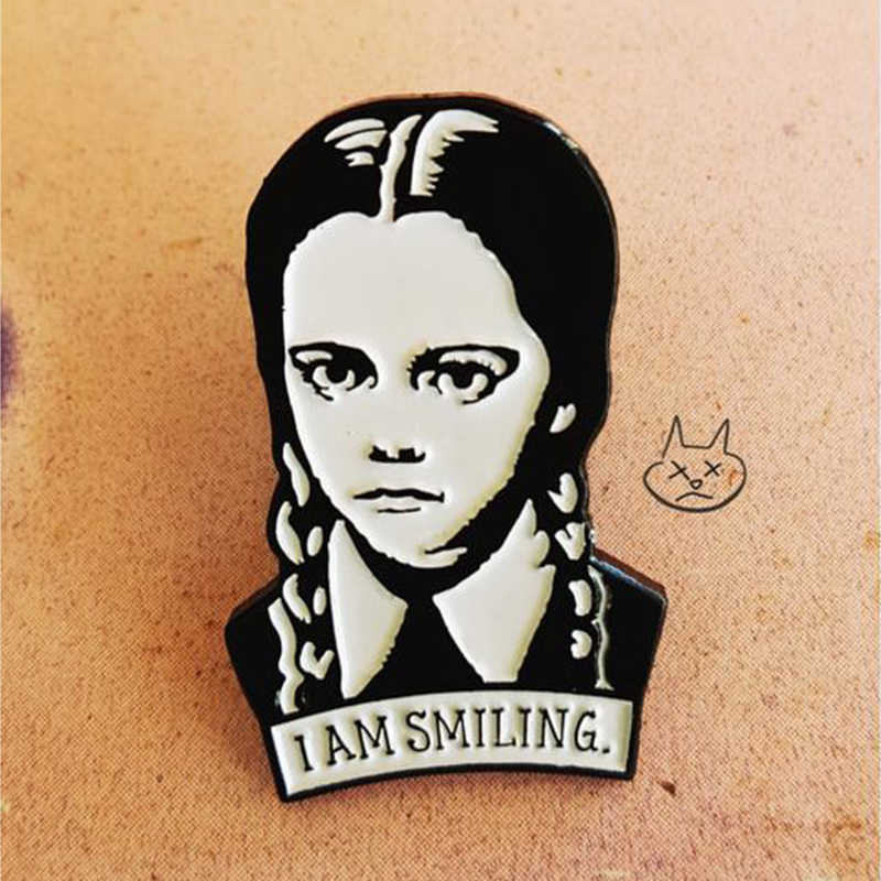 Mercoledì Addams Dello Smalto Spilla Io Sono Sorridente Vestiti Denim Button Badge Pins Accessori Dark Humor Dei Monili di Regalo per L'amico