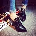 2015 женщин насосы весенняя мода острым носом чистый черный красный цвет заклепки шнуровке женщин среднего каблуках обувь для женщин