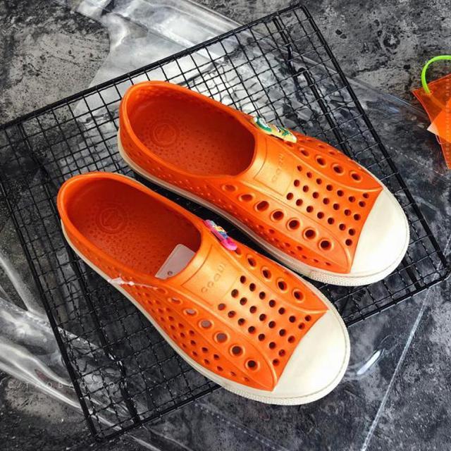 YAUAMDB ילדים פרדות קיץ בנות בני שטוח ג 'לי סנדלי לנשימה רך תחתון חלול אופנה ילדי נעלי y34
