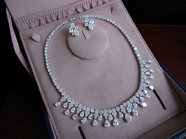 Hot sale FashionLUXURY SPARKING BRILLIANT CRYSTAL ZIRCON STUD EARRINGS AND NECKLACE S0338
