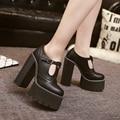 O Envio gratuito de 2017 Mulheres Negras e Brancas Sapatos de Plataforma Moda Bombas Dedo Do Pé Redondo Grosso Feminino de Salto Alto Sapatos Único