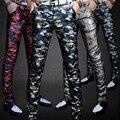 2016 Mais Novo Outono dos homens Calças De Couro Magro Colorido Calças de Camuflagem Personalizado PU Roupa Da Motocicleta Masculino Calças Skinny