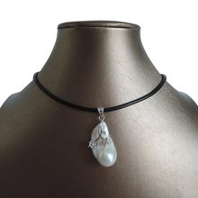 цена 100% nature freshwater pearl pendant necklace ,REAL LEATHER chain-20-25mm baroque pearl pendant ,IN SILVER COLOR ,flower в интернет-магазинах