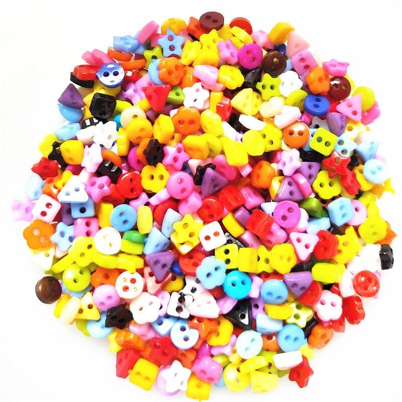 100 pcs 6mm Rodada Da Flor Da Estrela Do Coração de Plástico Quadrado Mista Mini 2 Furos Minúsculos Botões de Costura Botão Roupas de Boneca para Scrapbooking
