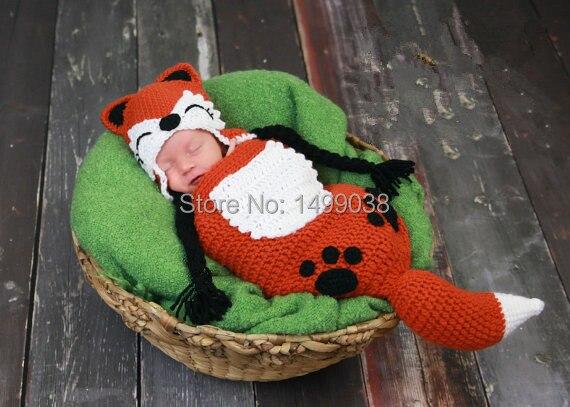 Del bebé del ganchillo rojo zorro sombrero y saco de dormir Set apoyo de la fotografía