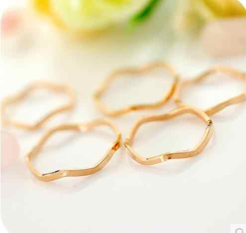 OMH wholesale 15 to 19 mm golden  jewelry fashion elegant alloy lovers ring Suitable for Christmas gifts JZ11