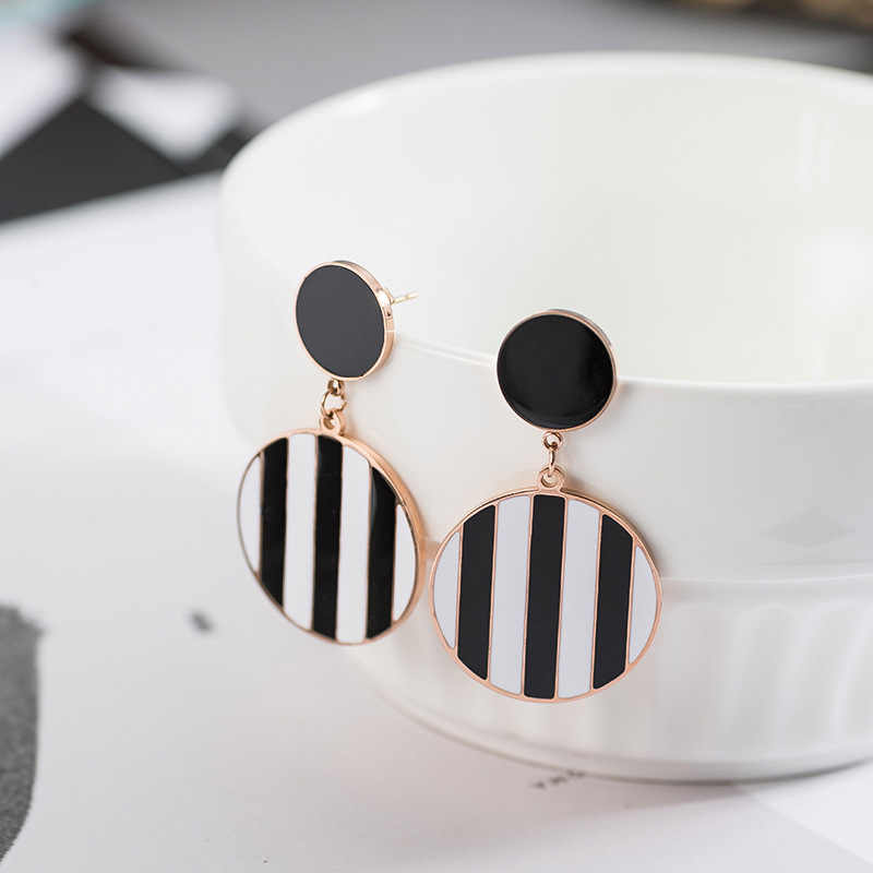 New Geometric Round Black and White Drip Oil Earrings Geometric Circle Pendant Drop Earrings for Women Unique Fashion Jewelry