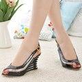 Sandálias de cunha 2017 tiras fivela do dedo do pé aberto plataforma sapatos de salto alto verão mulher Sapatos de Verniz PU sapatos Da Marca mulher Transparente