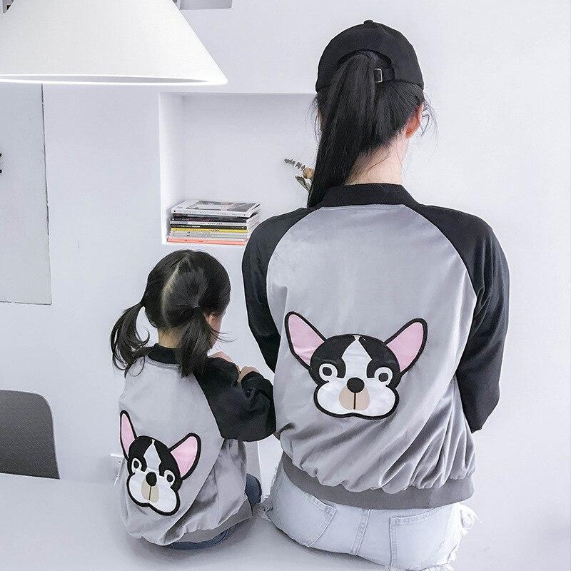 משפחת 2018 התאמת בגדים אם ובתה רקמת מעיל כלב אמא ובן משפחה נראית מעיל בנות תלבושות ילדים קרוע