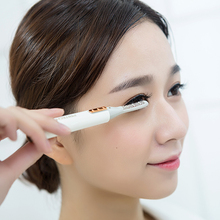 Electric Eyelash Curler Double Heating Wires Built-in Comb Attachment Battery-operated Eyelashes Curling Device for Occasions