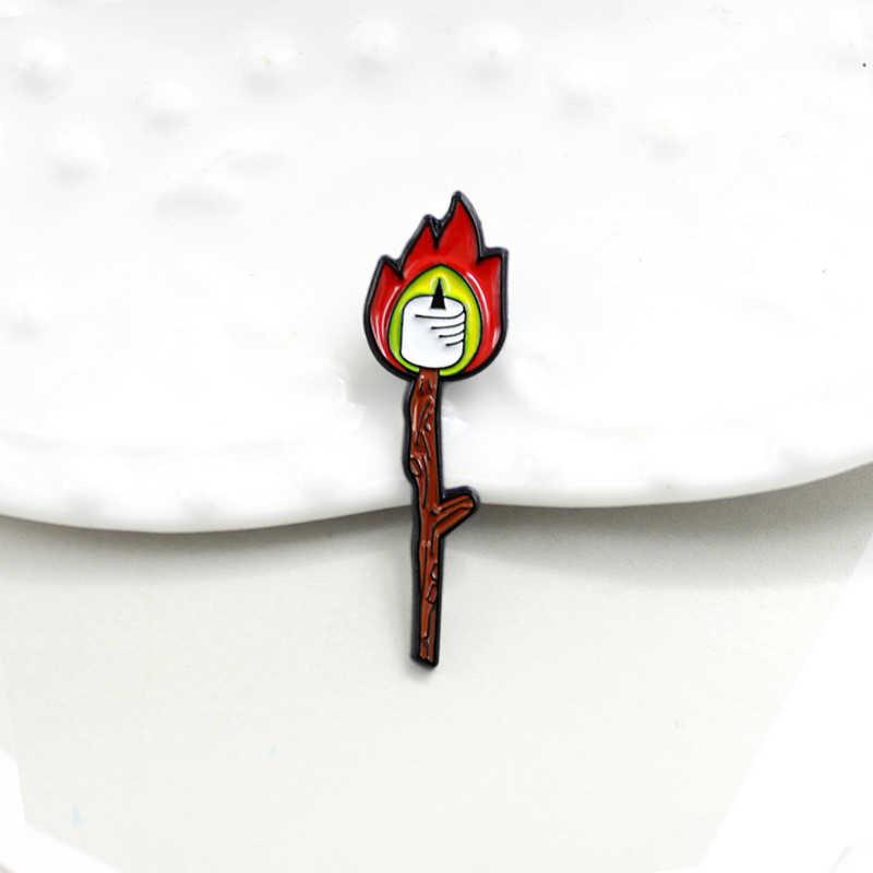 マッチキャンドル形状赤炎ブローチ漫画エナメルピンキャンドル女性のジュエリーハロウィンピンアクセサリーギフト Brosche