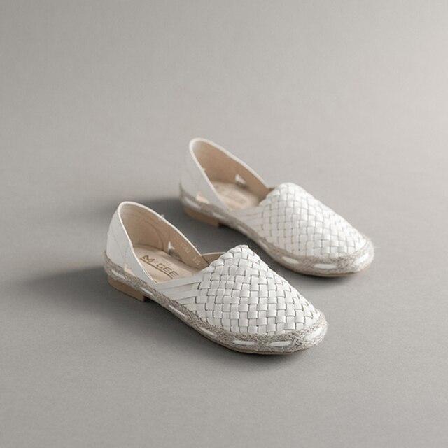 Nueva moda mujeres pescador, zapatos estilo vintage, colores blanco y negro, zapatos para mujer talón plano cómodo etilo casual.